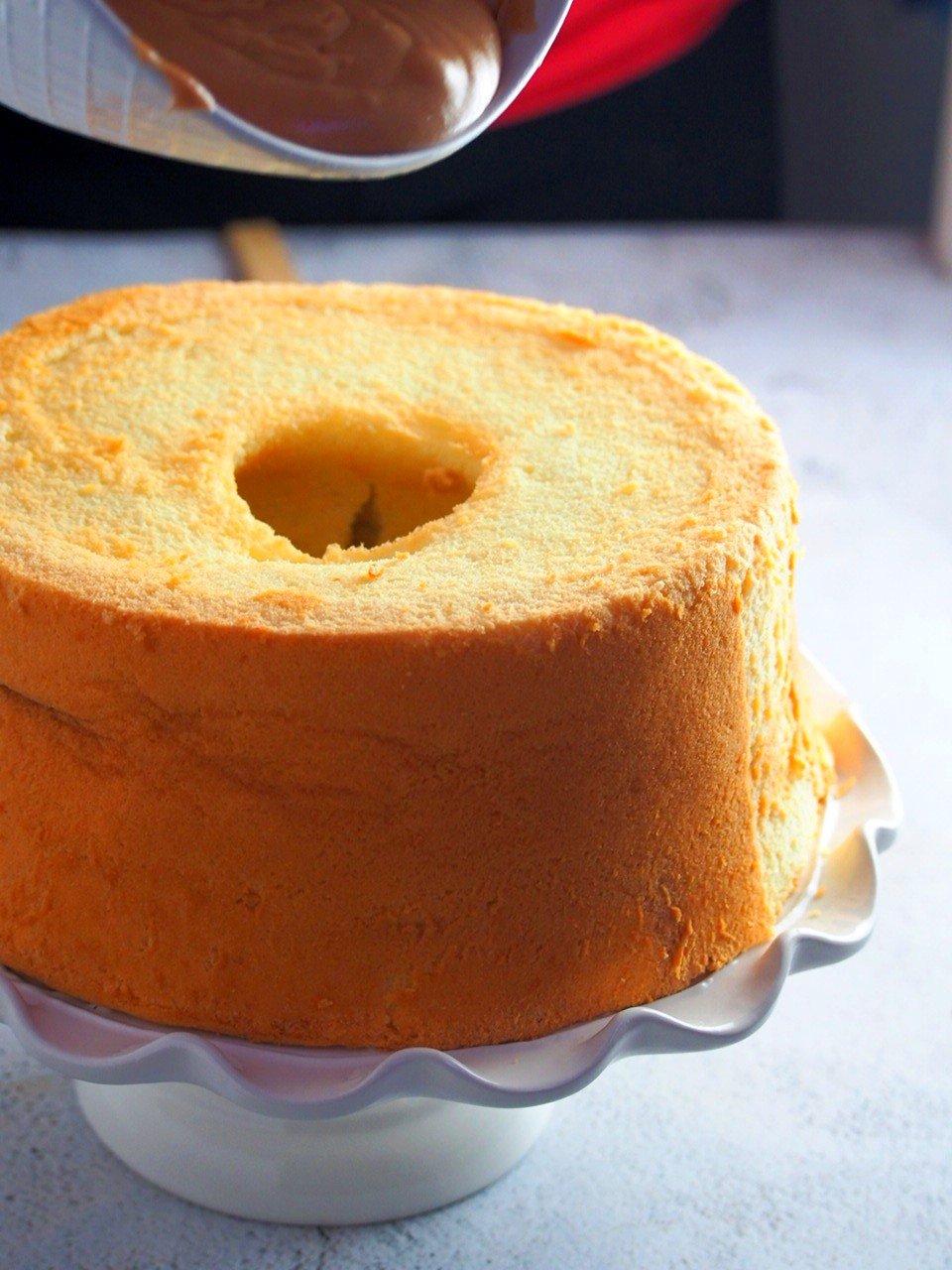Icing the chiffon cake.