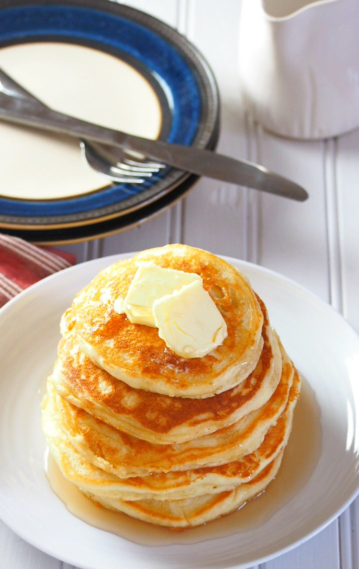 Pancakes breakfast coming up? This is the fool-proof recipe for the ultimate fluffy pancakes that will delight everyone with its light and soft crumbs.