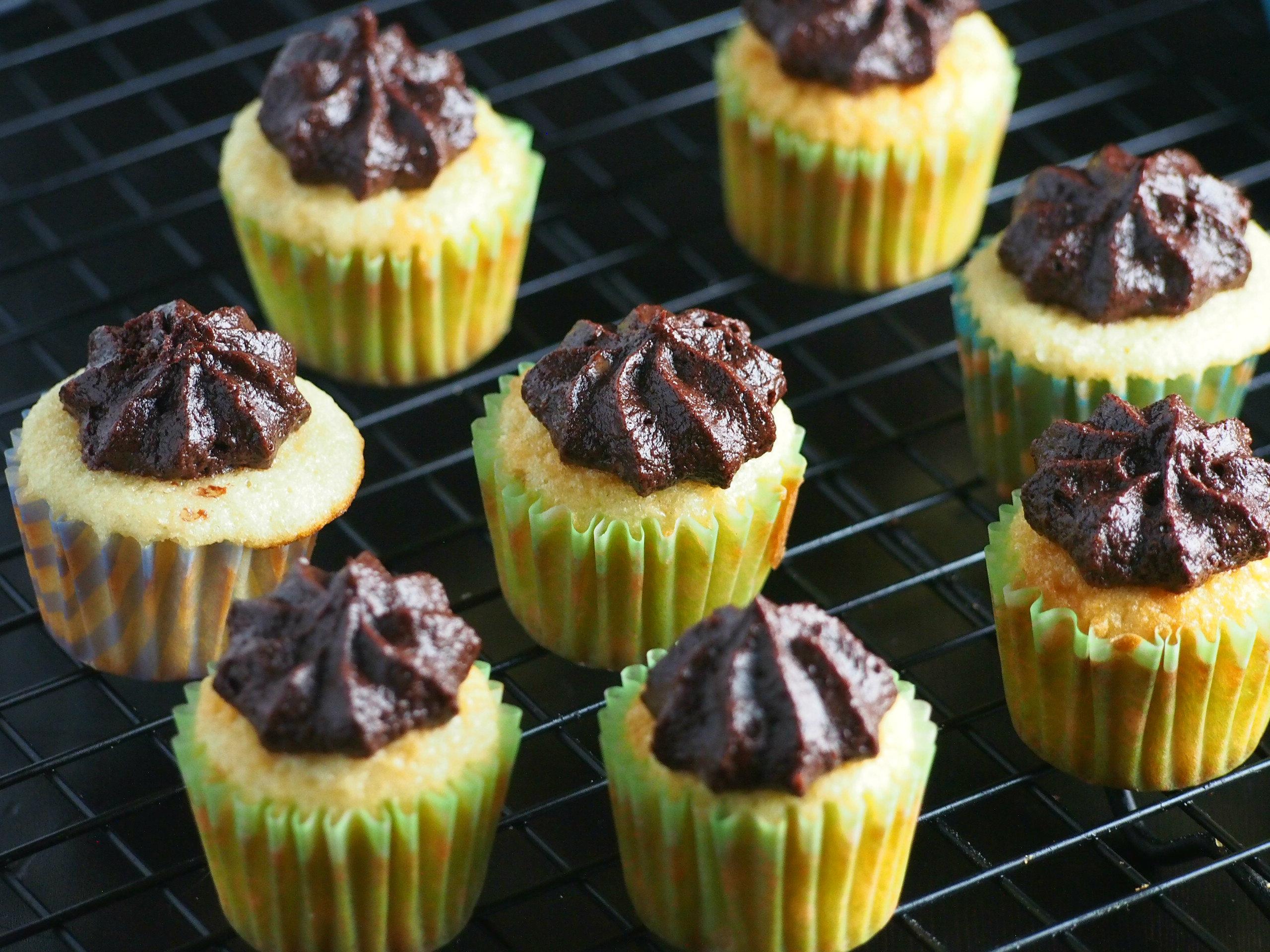 mini-vanilla-cupcakes-with-cocoa-buttercream