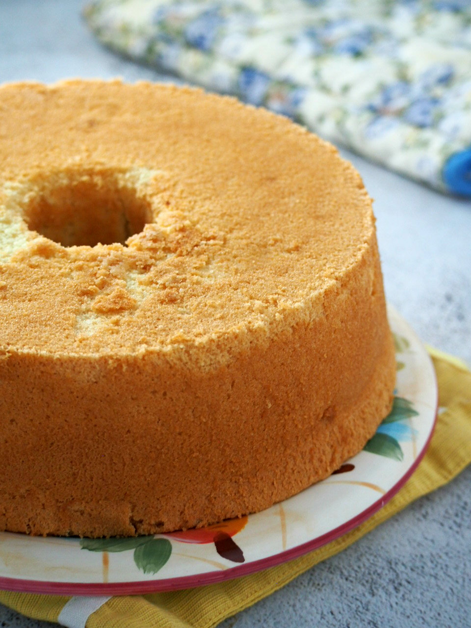 The whole vanilla chiffon cake freshly baked.