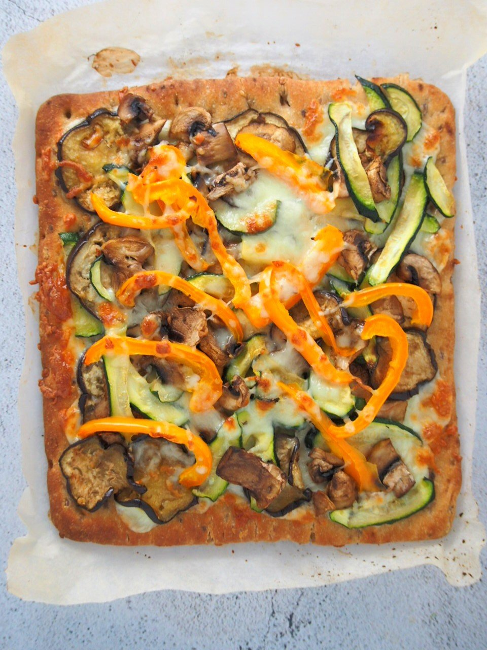 Top shot view of the whole veggies flatbread pizza.