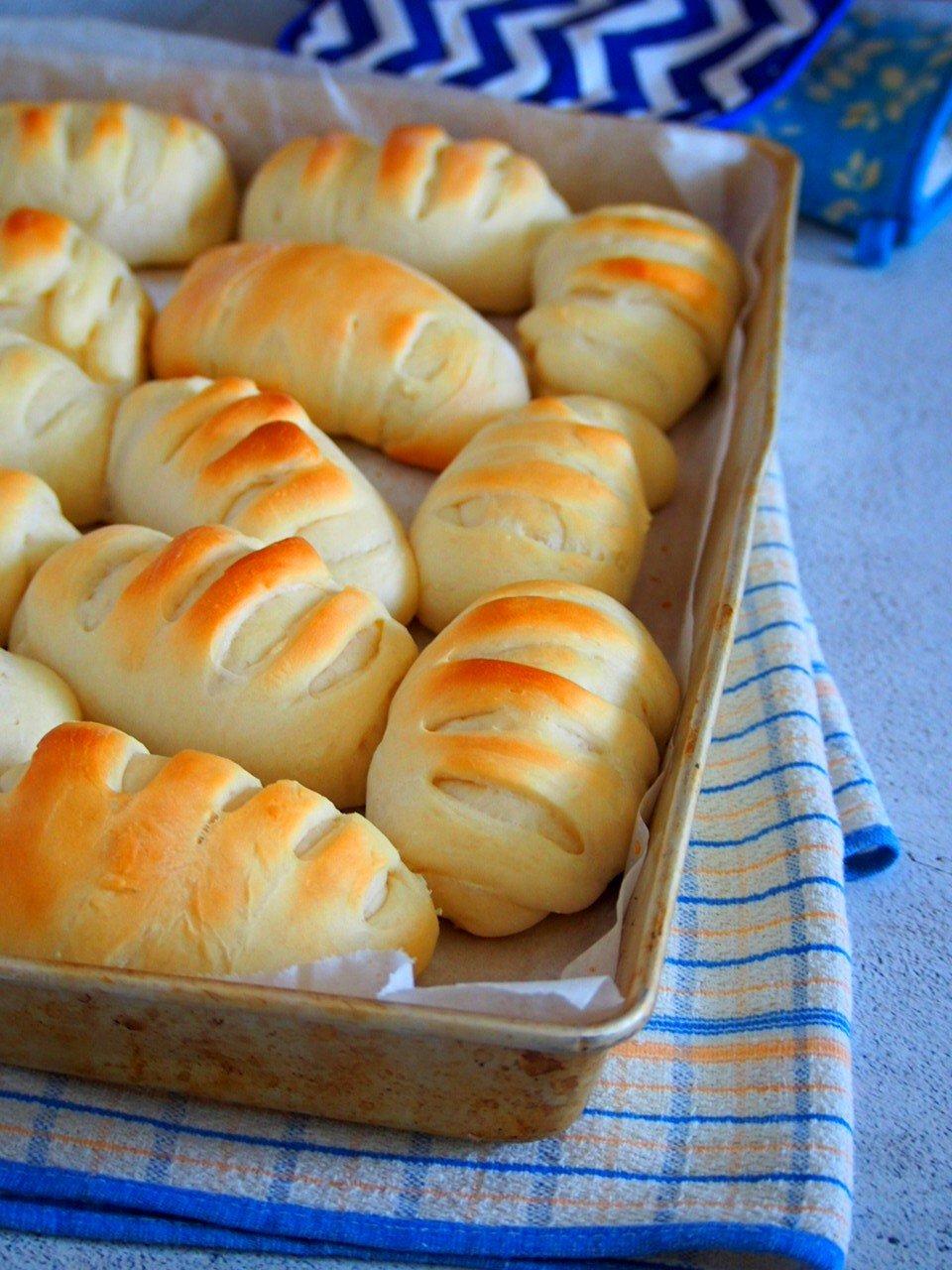 Freshly baked pan de leche buns.